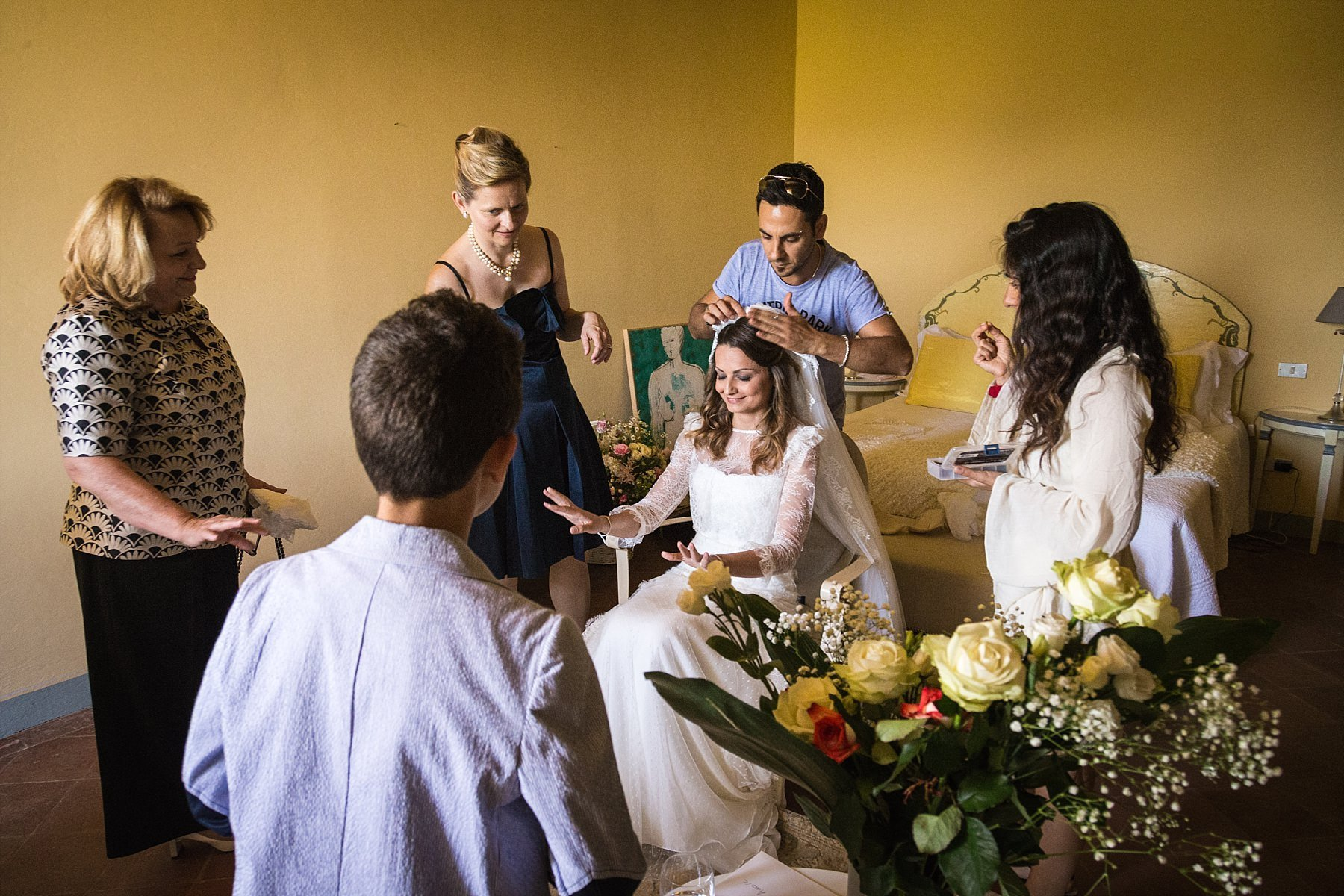 Sposa che si prepara prima della cerimonia al castello