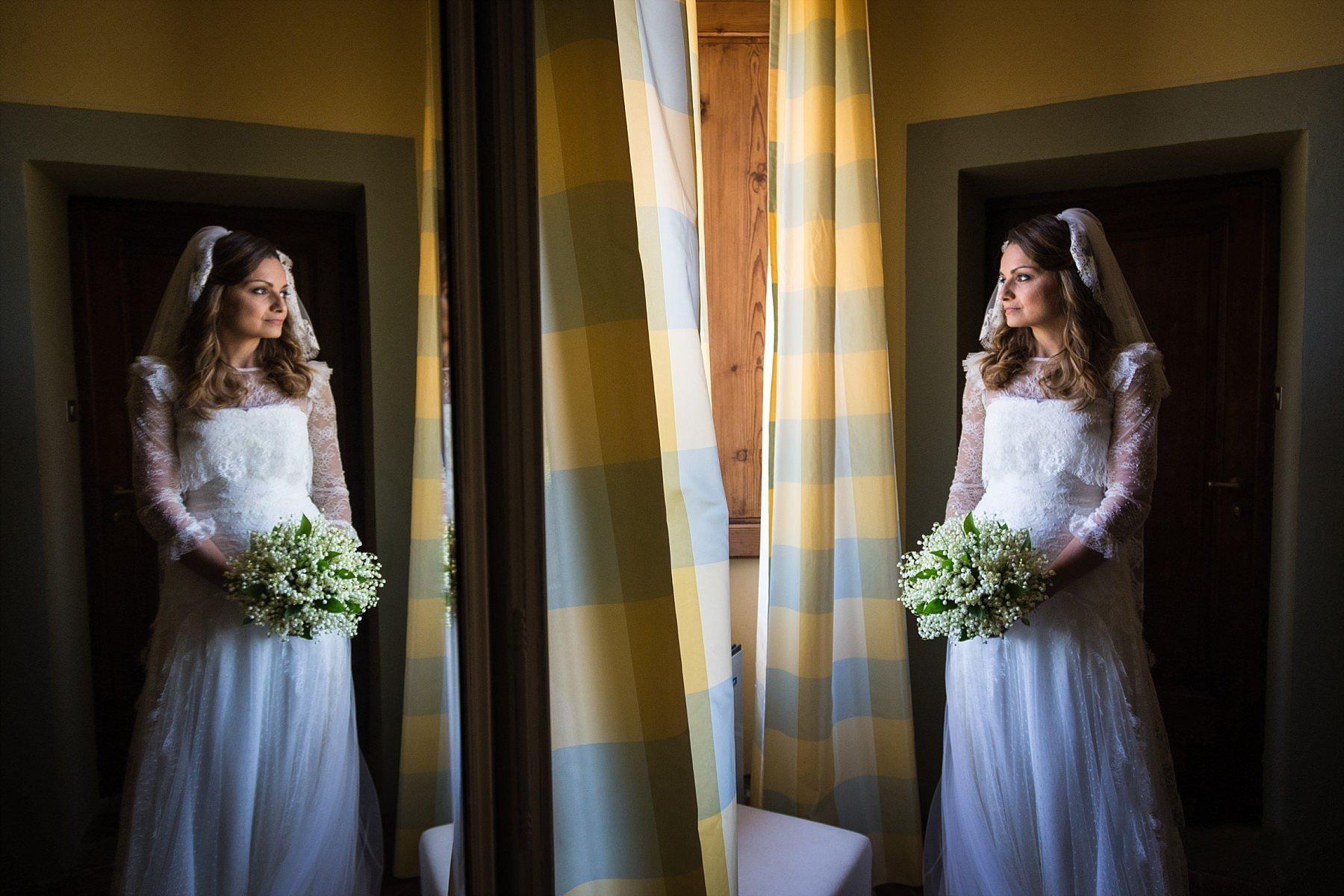 Sposa riflessa allo specchio