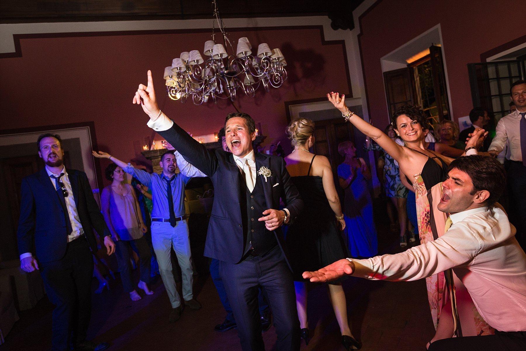 Invitati che ballano al matrimonio durante la festa