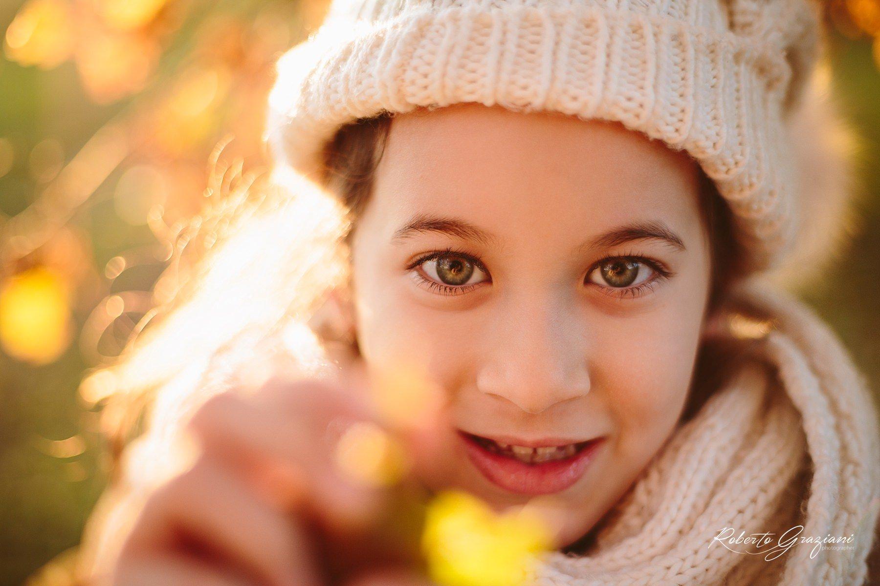 ritratto di una bambina in controluce