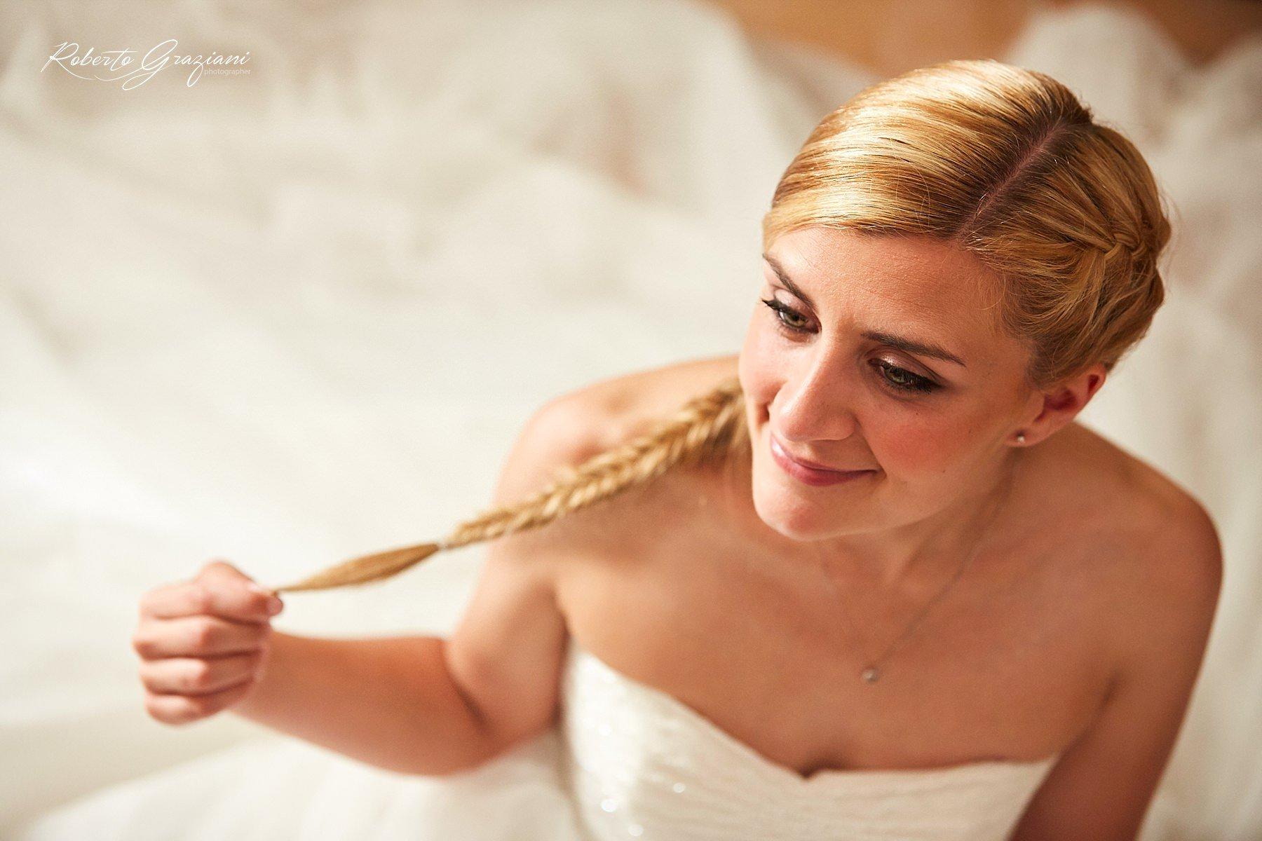 ritratto di una sposa seduta sull'abito bianco