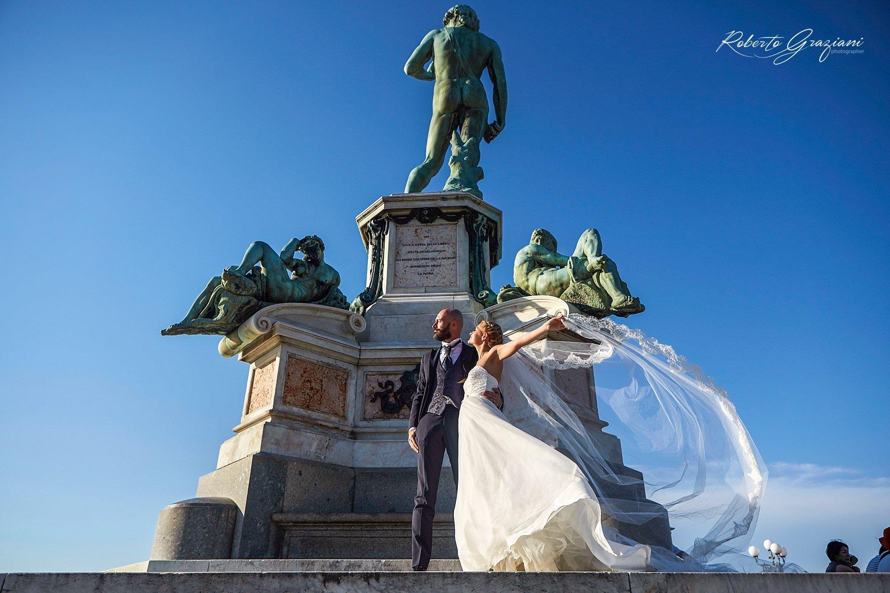 sposi a Firenze al piazzale Michelangelo sotto al David