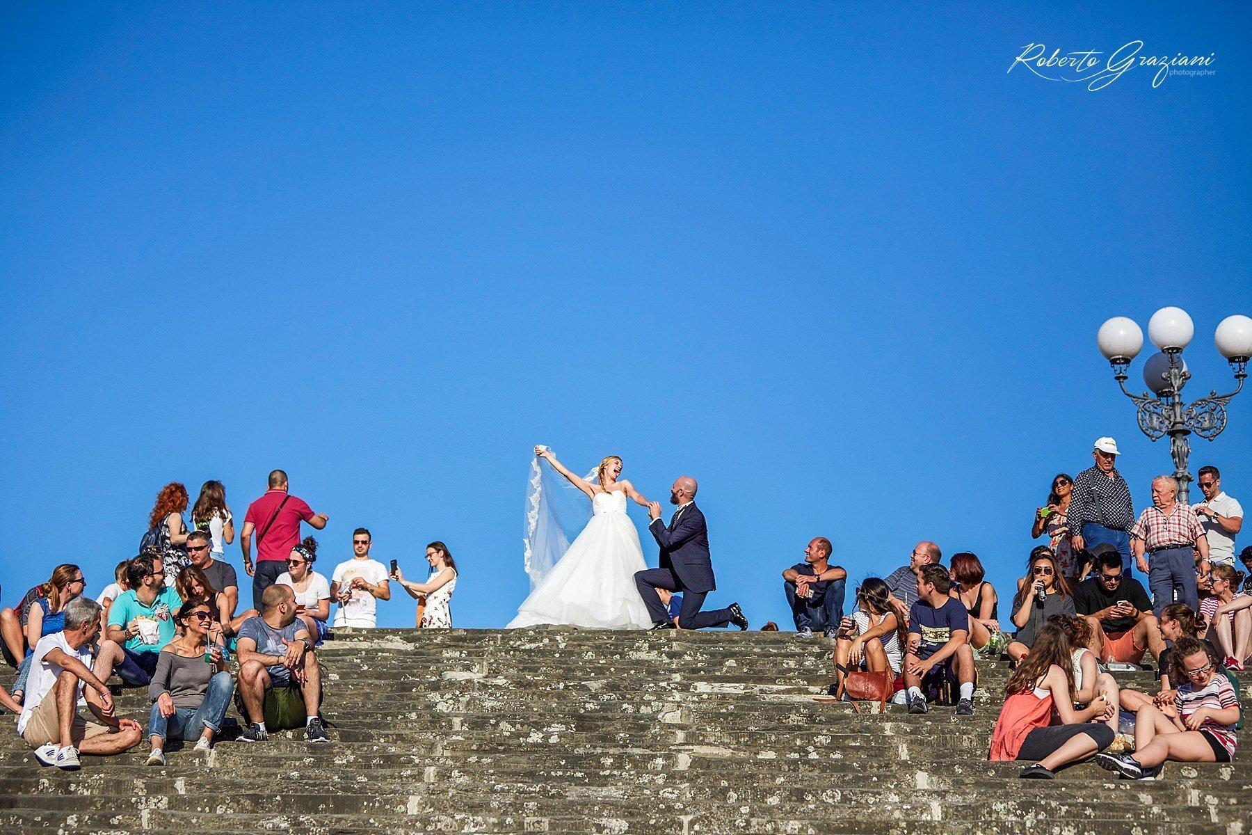 sposi a Firenze al piazzale Michelangelo sulla scalinata