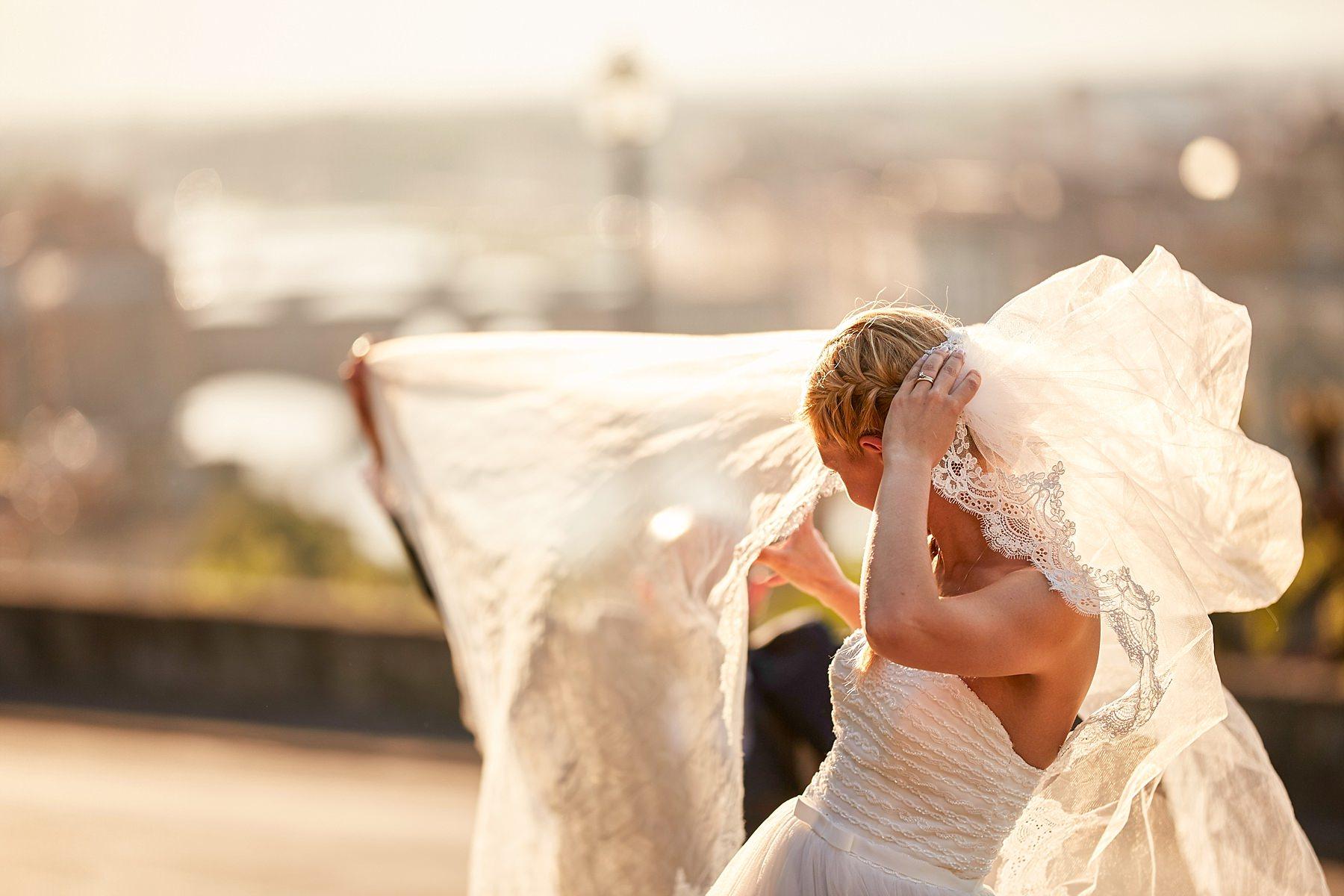 fotografia reportage di matrimonio di una sposa che si regge il velo