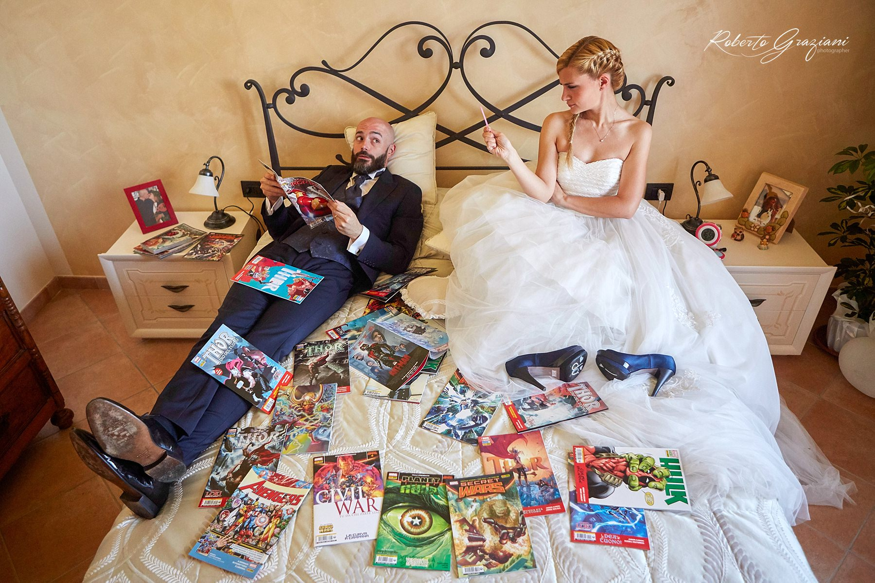 fotografia di matrimonio con due sposi simpatici sul letto