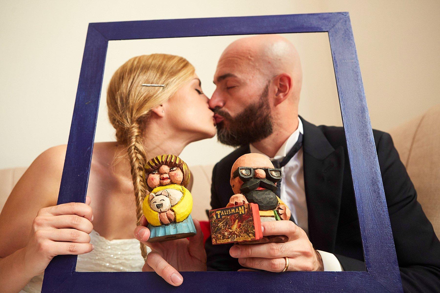 bacio sposi con una cornice