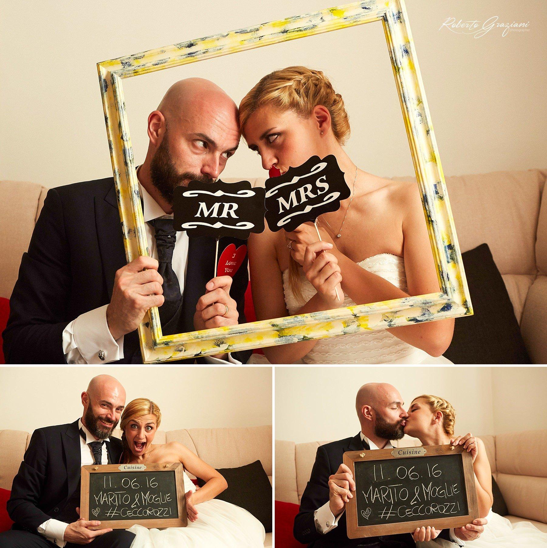 bacio sposi con una cornice ed una lavagna mr. mrs.