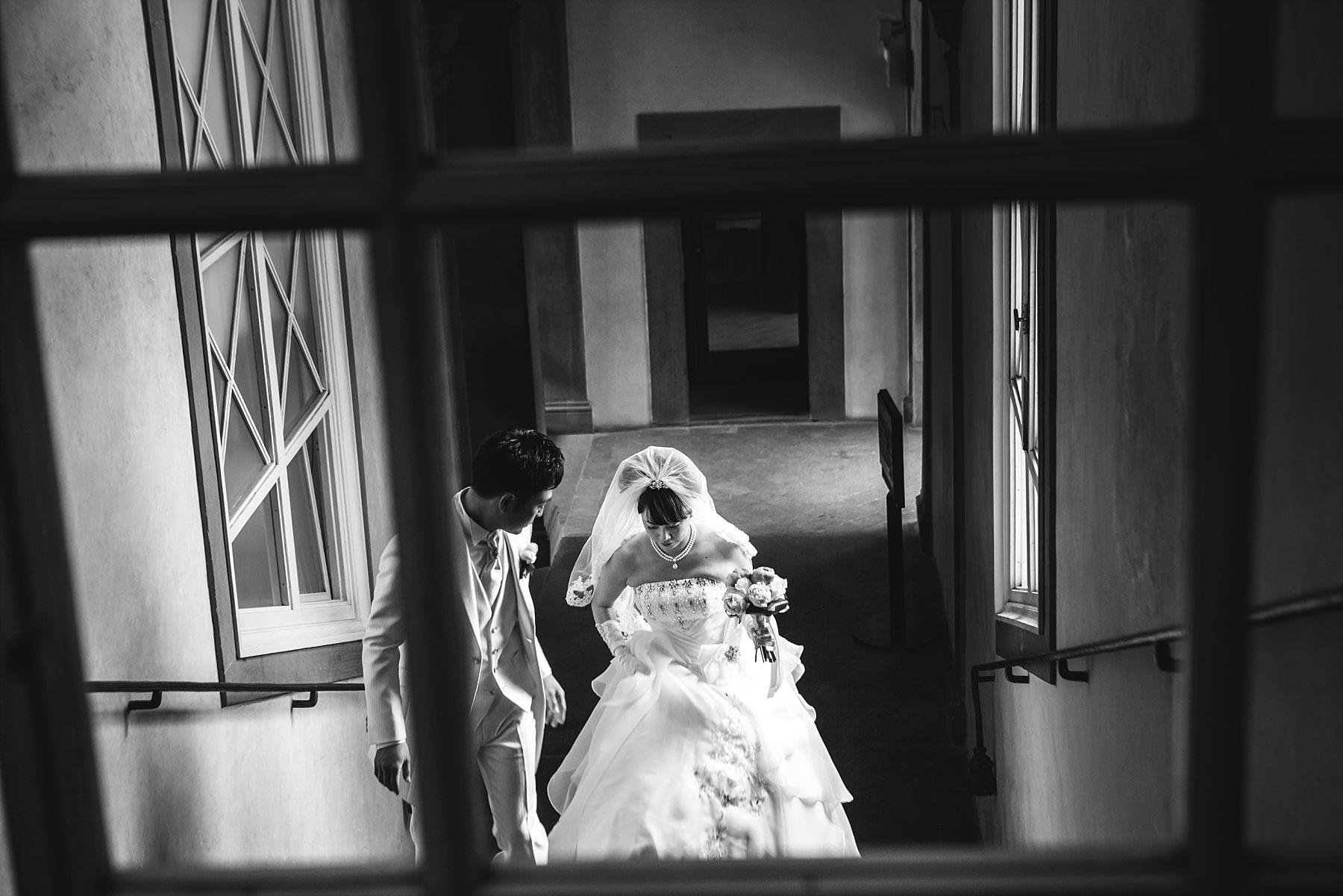 Sposi che stanno per entrare nella sala rossa a Firenze per sposarsi