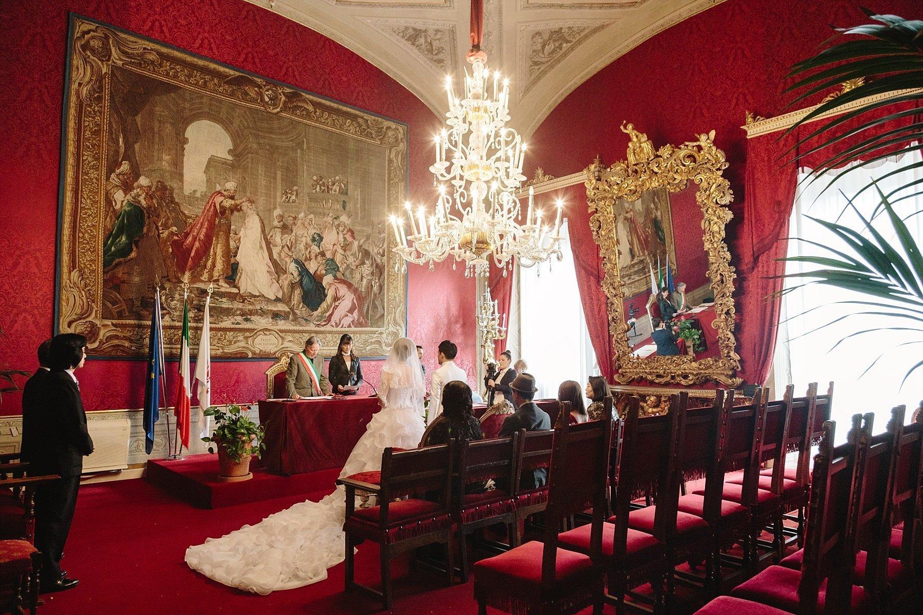 Cerimonia di sposi giapponesi nella sala rossa del Palazzo Vecchio a Firenze