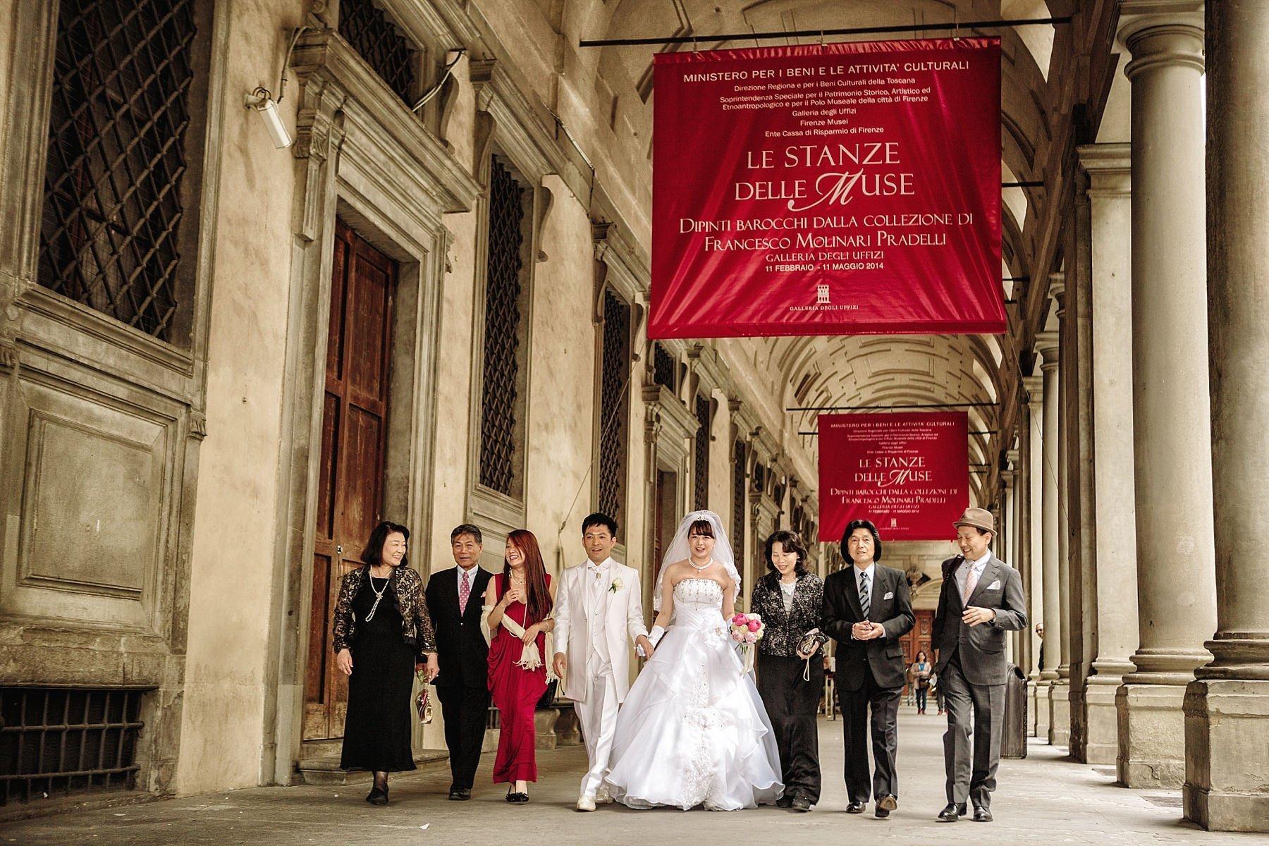 Camminata di sposi con amici a Firenze