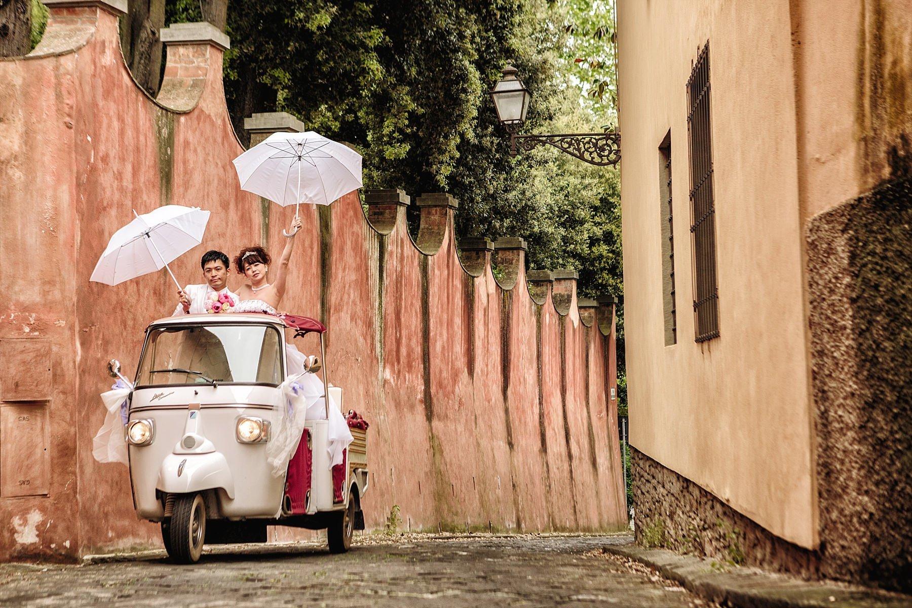 Fotografia di Matrimonio a Firenze con Ape Calessino e ombrelli