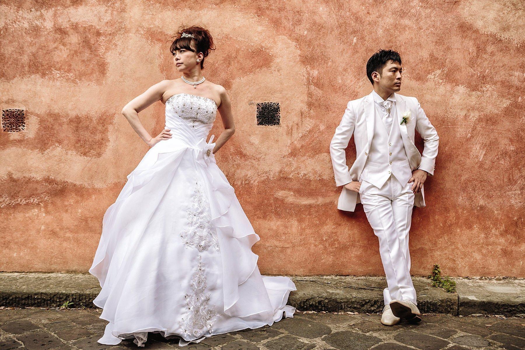 Fotografia di Matrimonio a Firenze con muro in background