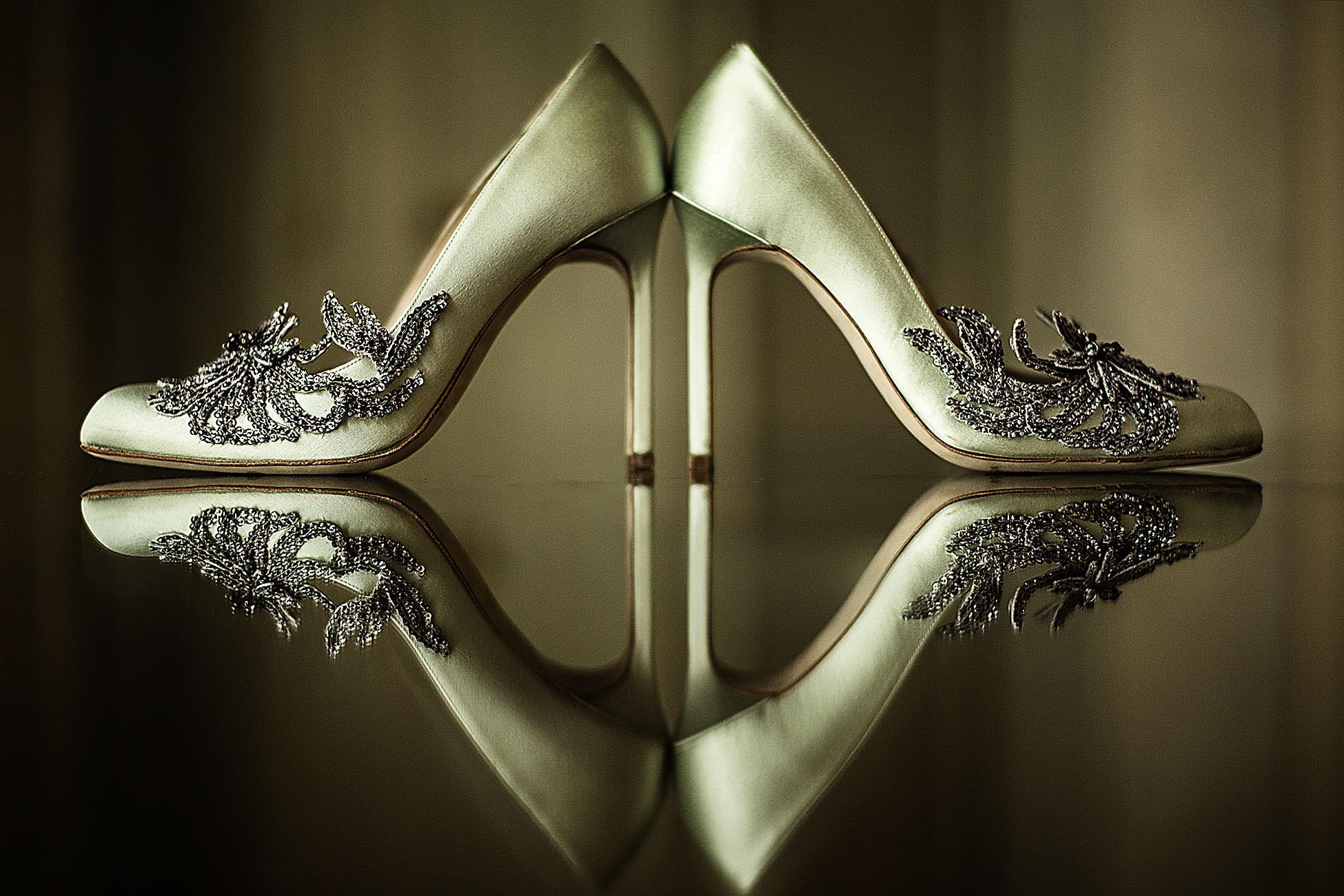 Fotografia di scarpe da sposa lussuose