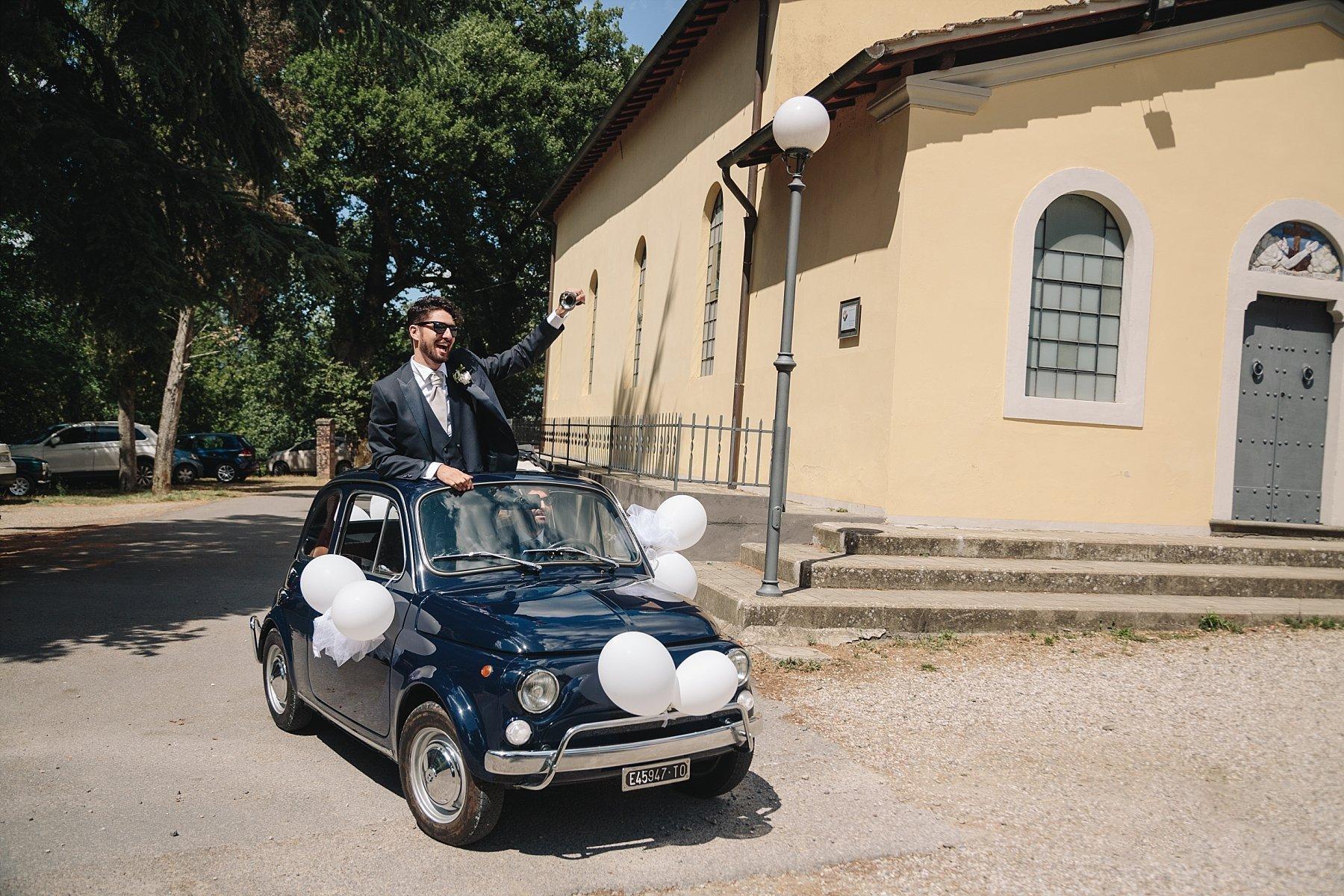 Arrivo dello sposo in Chiesa con fiat 500 d'epoca
