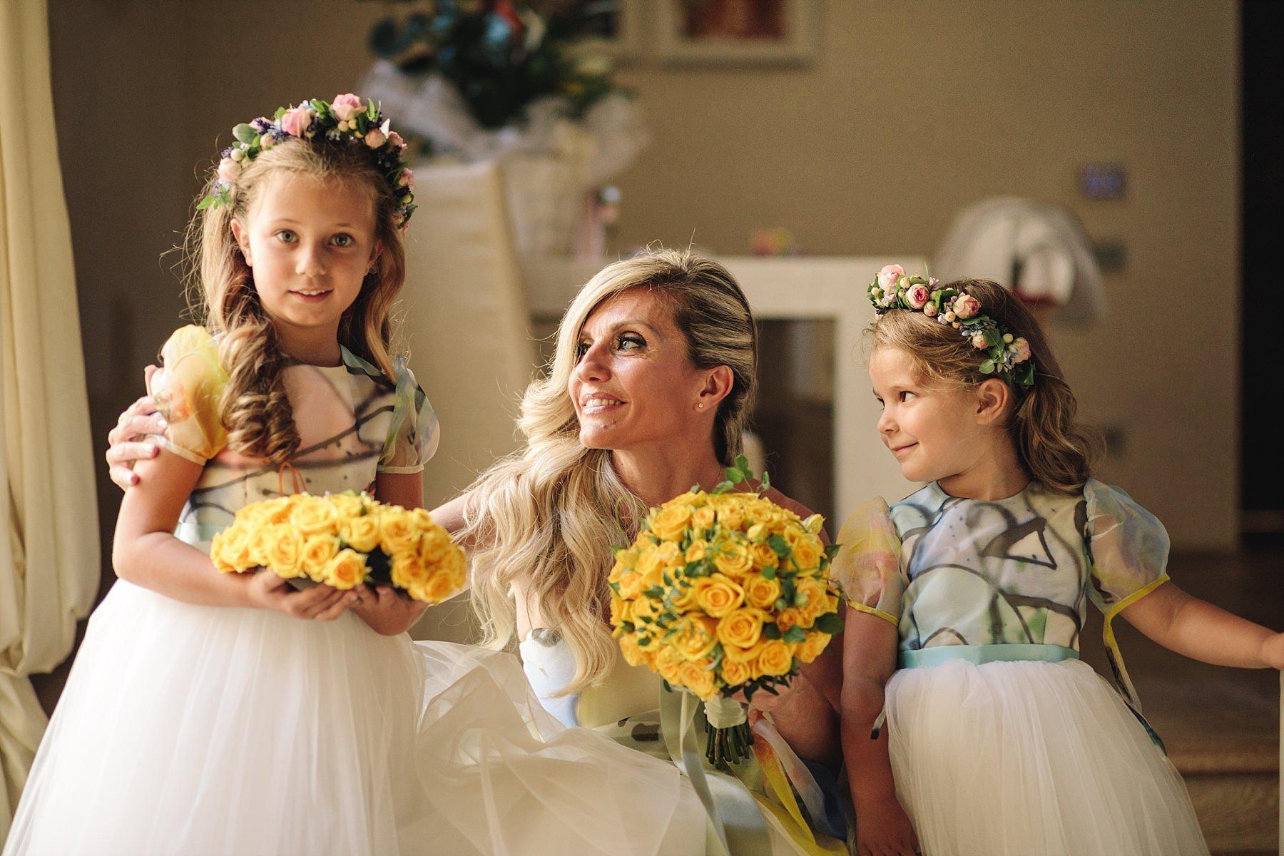 Dolce fotografia con la Sposa insieme alle sue Figlie con un bellissimo abito Atelier Emé