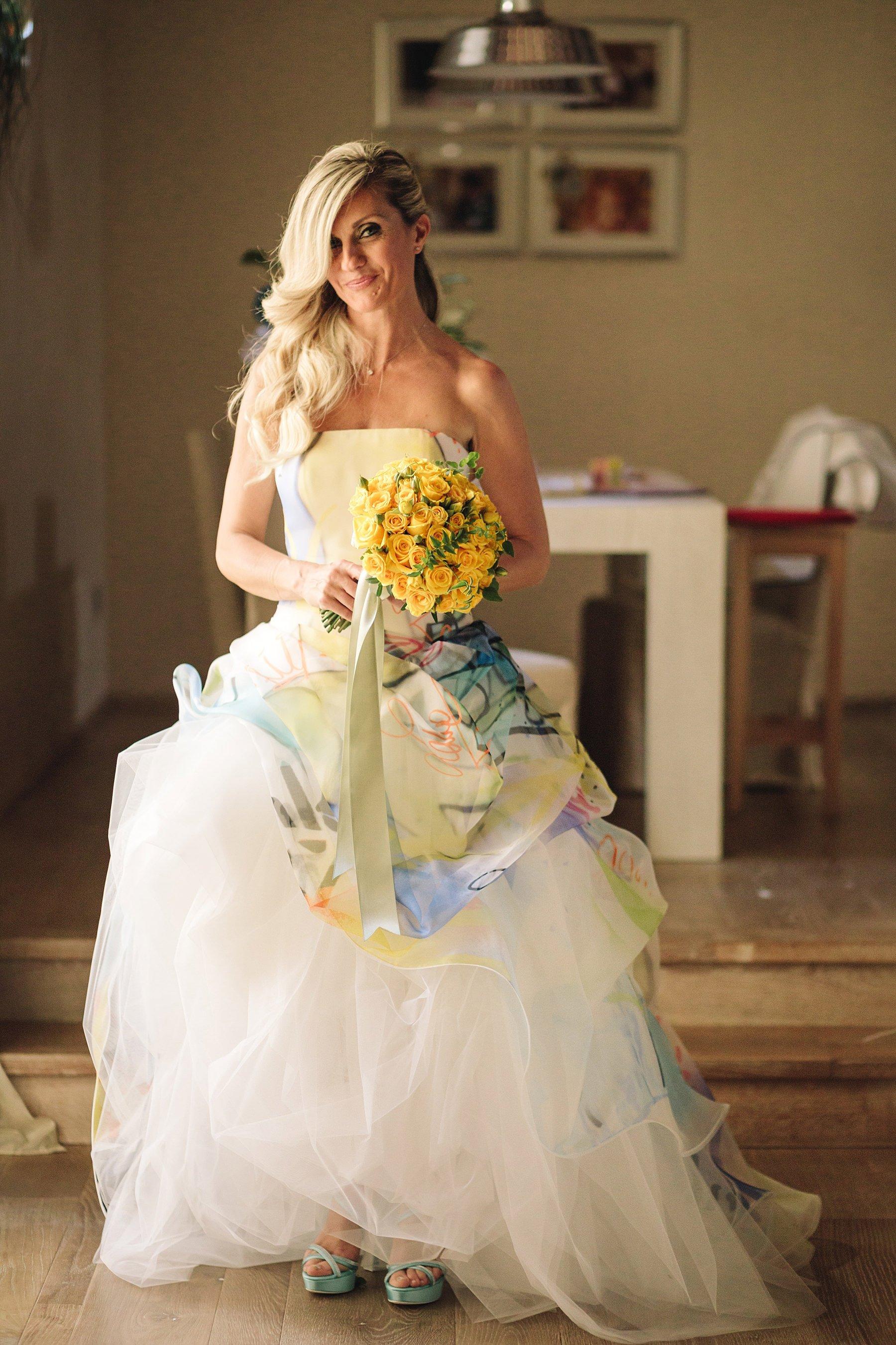 Ritratto di una sposa con vestito e scarpe Atelier Emé, mazzolino Jardin Divers