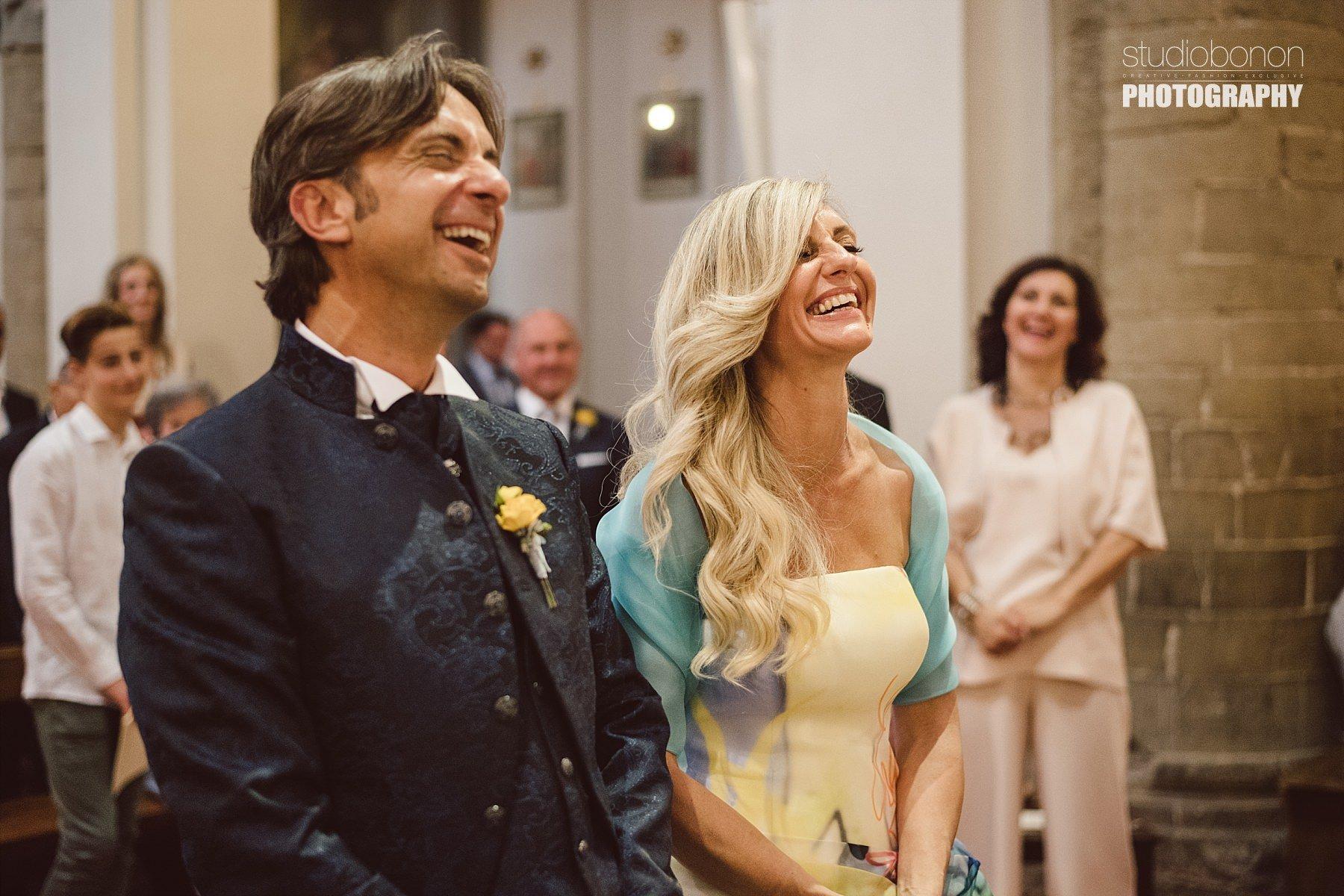 Momento di felicità ed emozione per due sposi durante la cerimonia