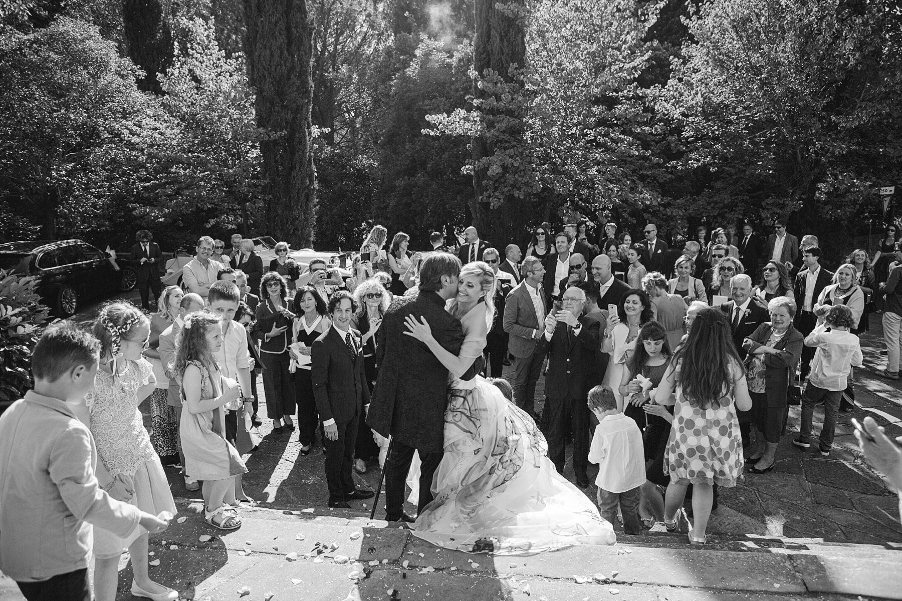 Fotografia in bianco e nero di sposi appena usciti di chiesa