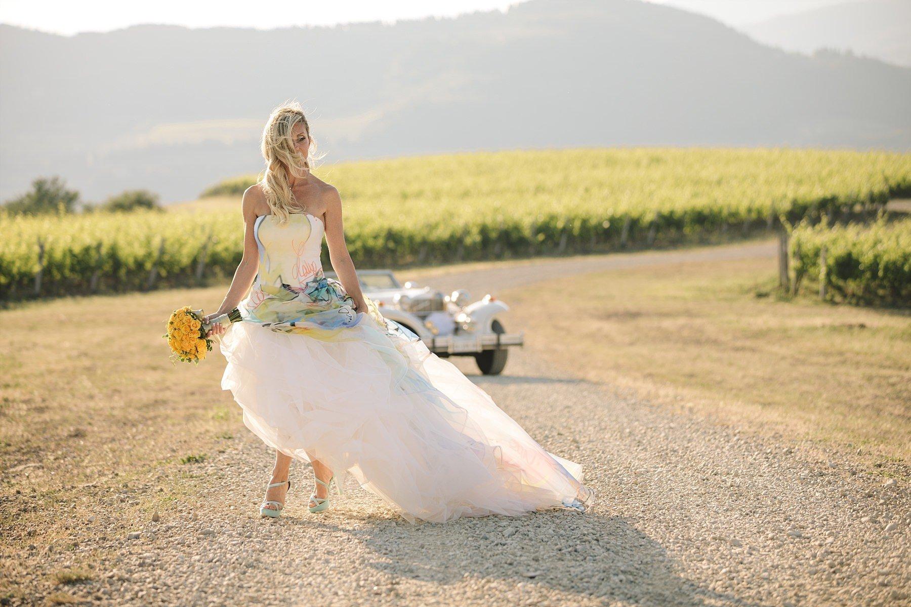 Bellissimo abito Atelier Emé indossato da una sposa nelle vigne in toscana con bouquet Jardin Divers