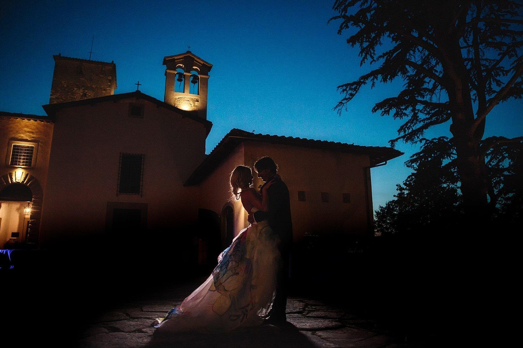 Ritratto di notte con sposi in silouette al Castello di Sant'Ellero