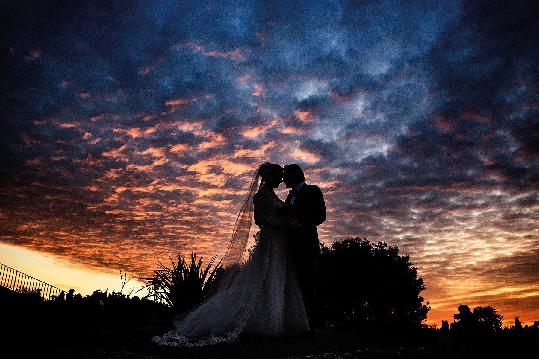 fotografia di sposi al tramonto in silouette durante un matrimonio a Firenze