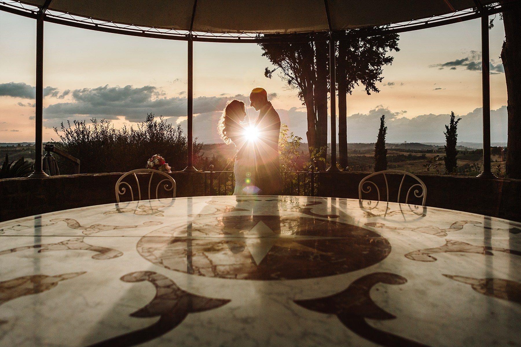 fotografia di matrimonio nella piscina all' Antica Fattoria di Paterno
