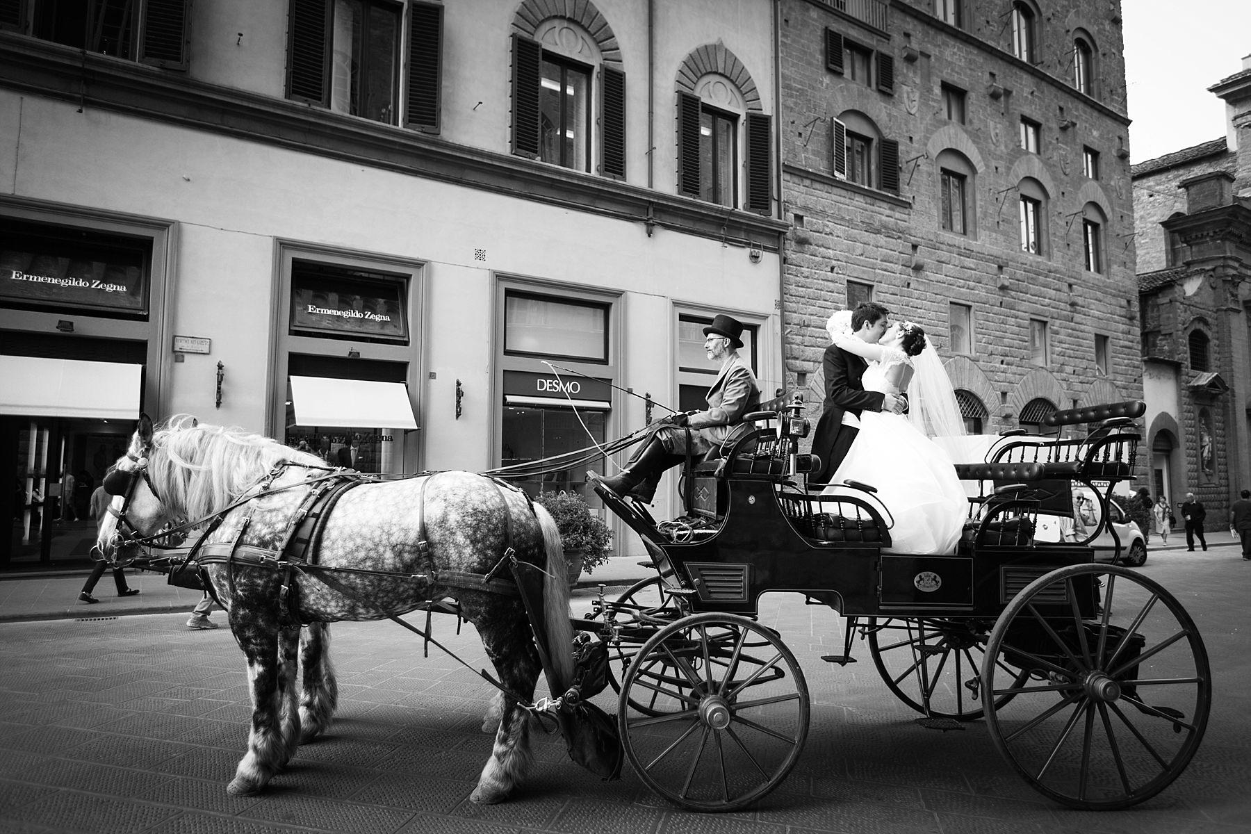 Foto di sposi a Firenze in carrozza