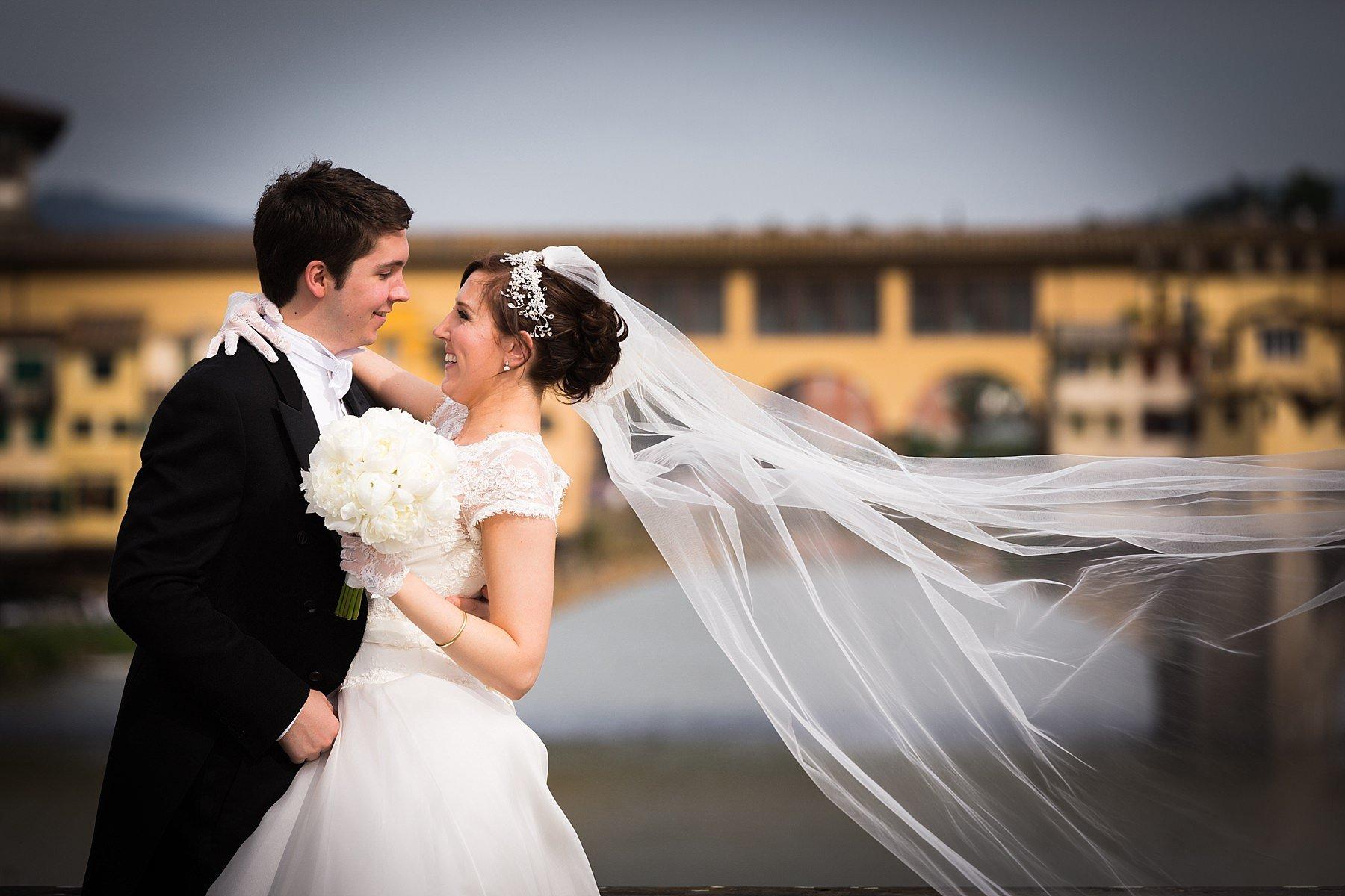 foto di sposi a firenze sul ponte vecchio