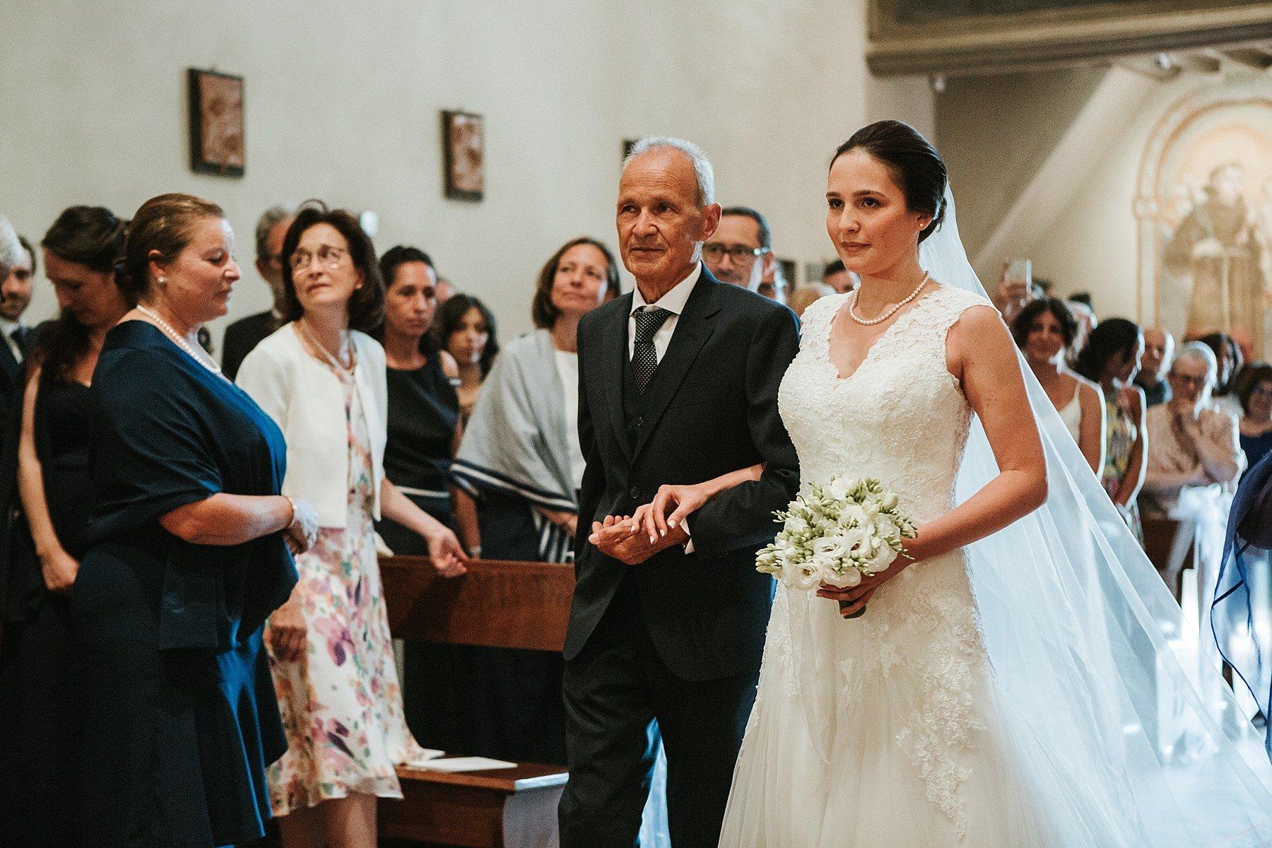 Ingrasso Sposa in Chiesa durante la Cerimonia di Matrimonio