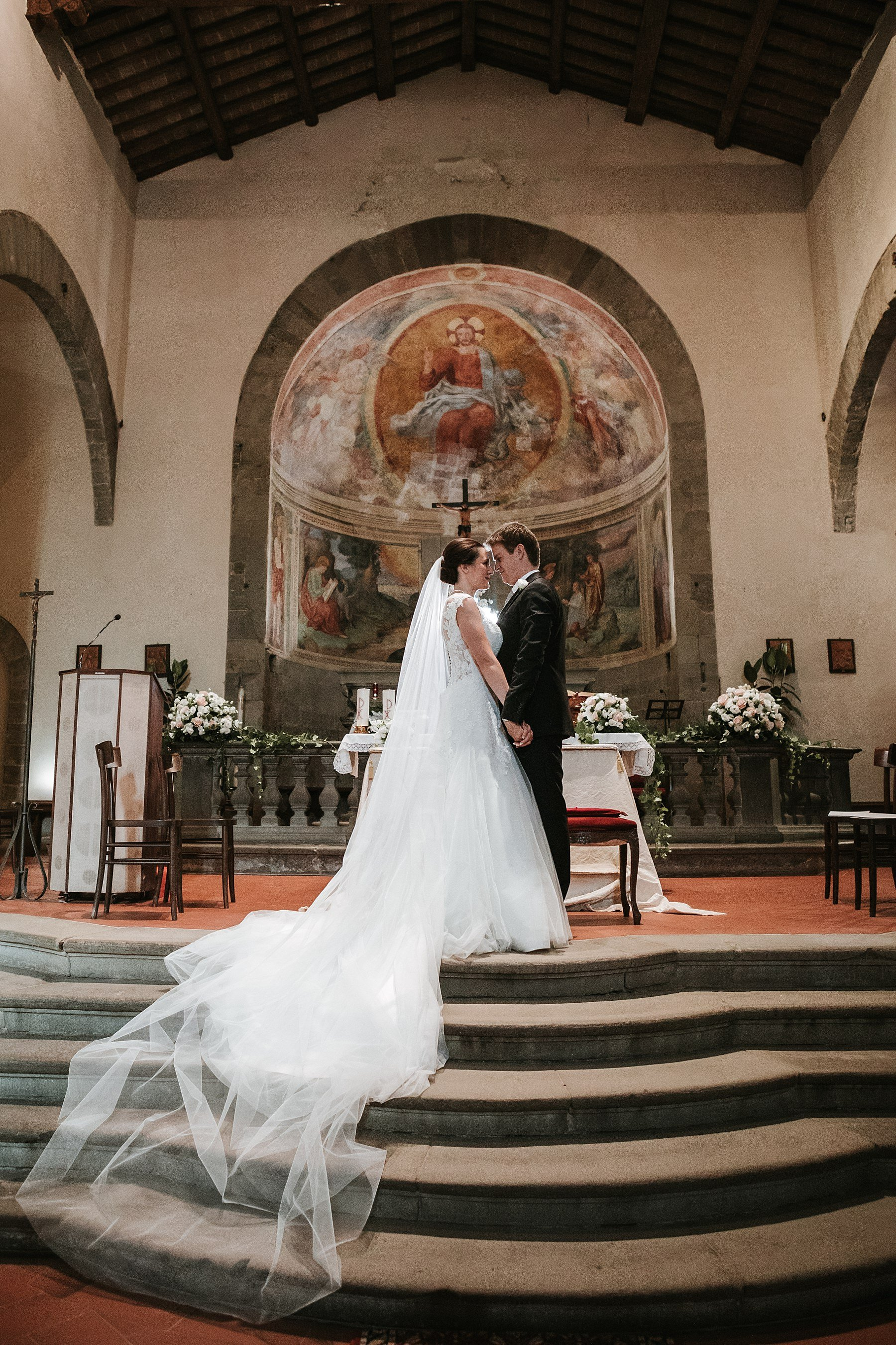 Sposi in chiesa durante la cerimonia in Toscana