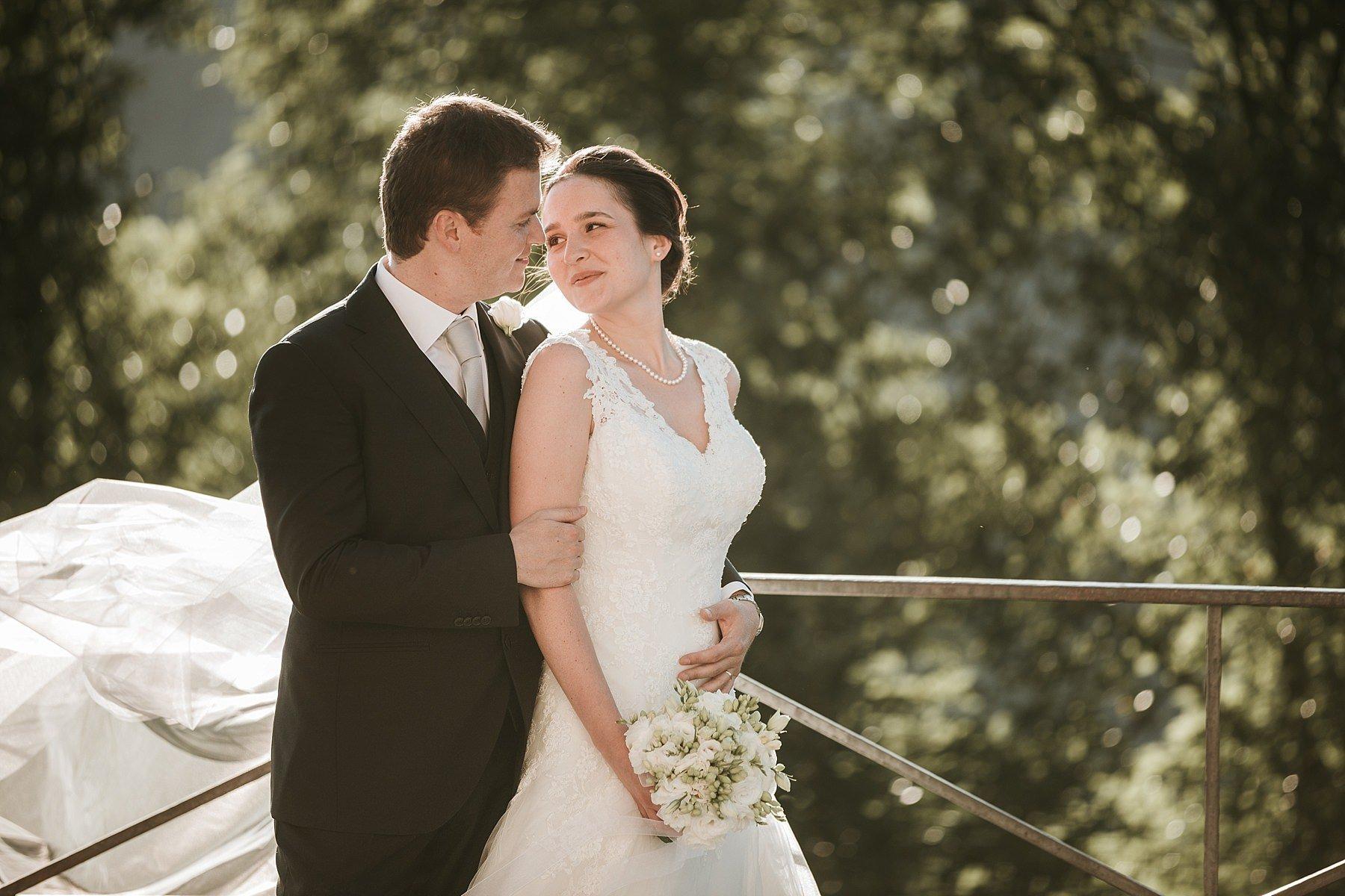 Fotografia di sposi a Pistoia in controluce