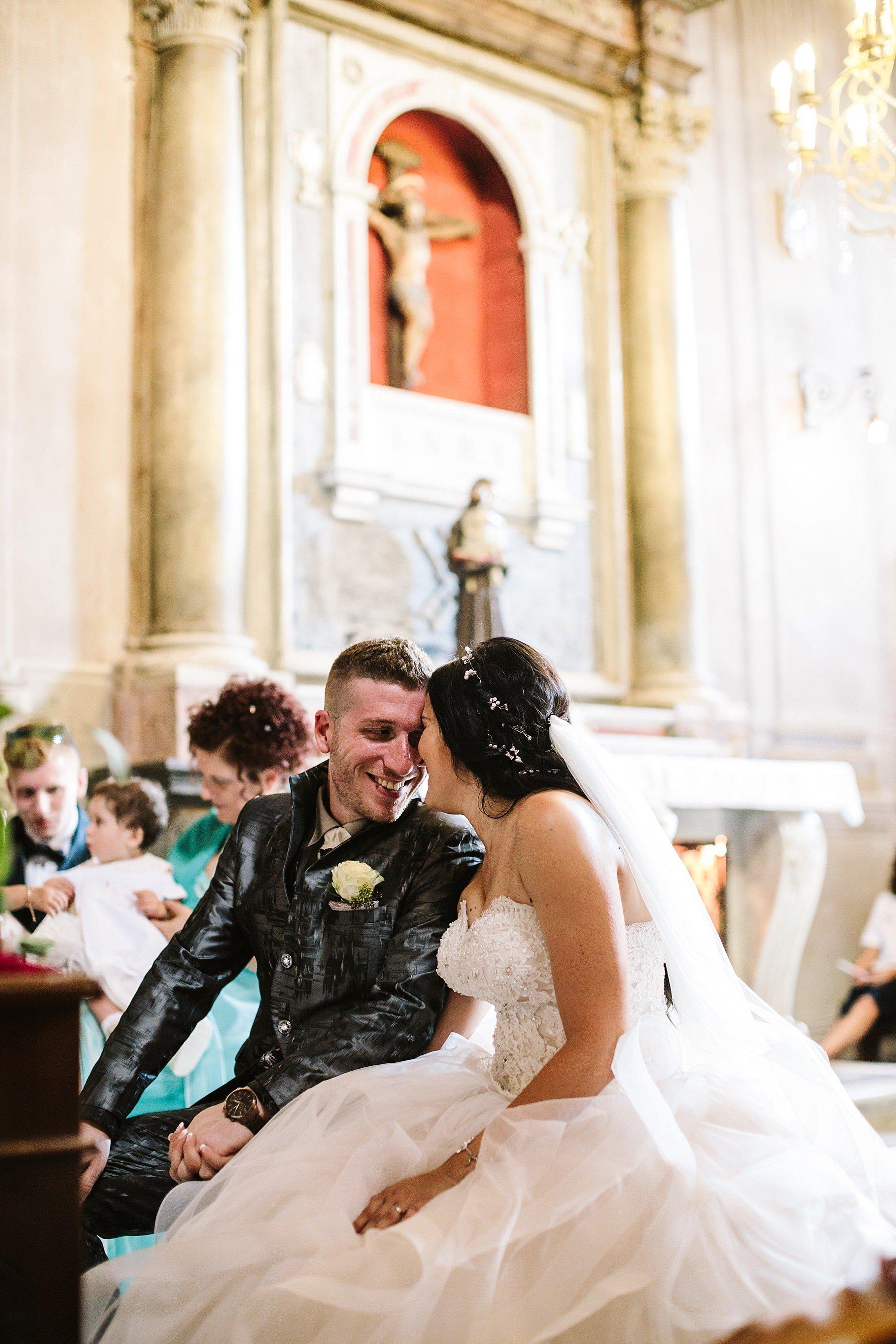 sposi durante la cerimonia nuziale