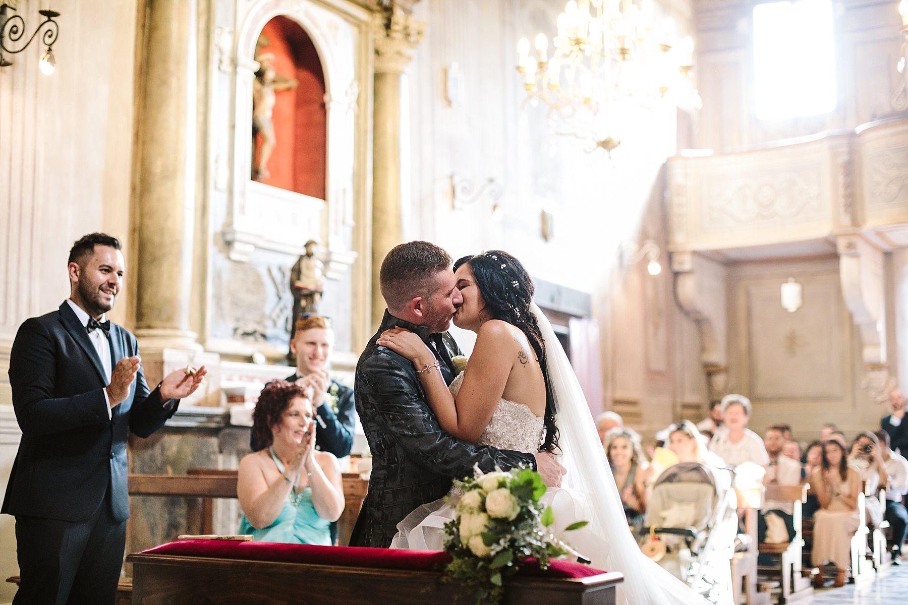 bacio sposi durante la cerimonia