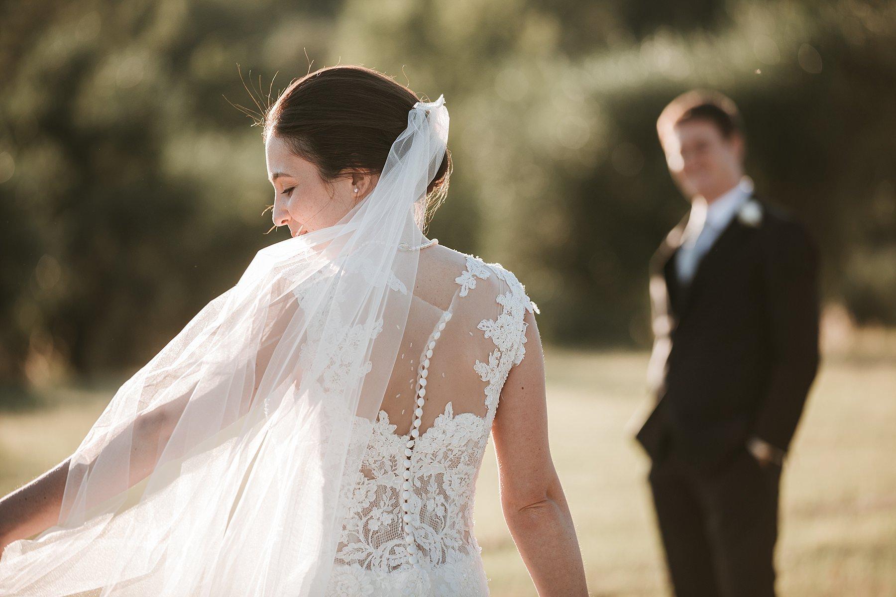 Bellissima Sposa con velo durante le foto di matrimonio