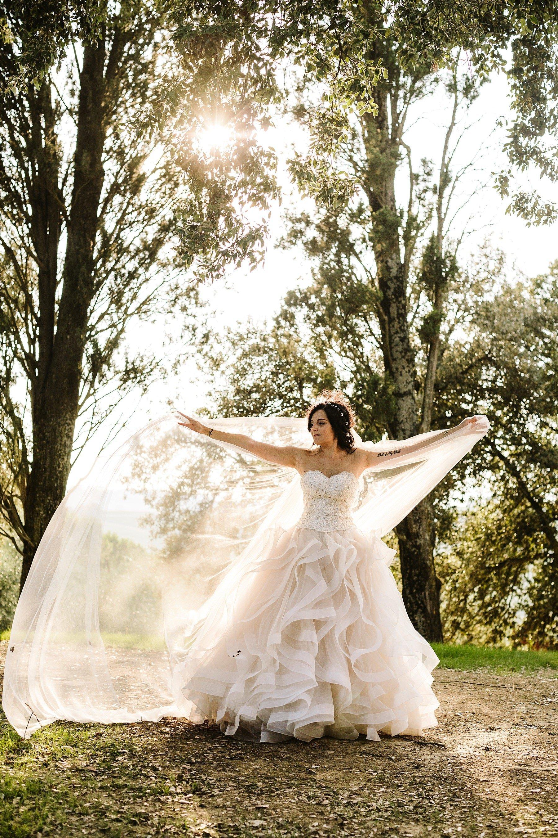 sposa fotografata in controluce con un velo stupendo