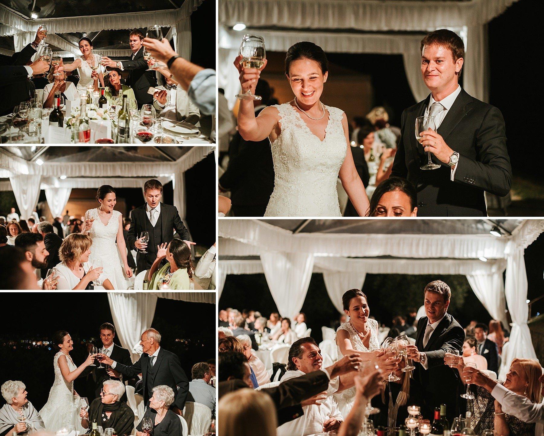 Sposi con ospiti durante i festeggiamenti