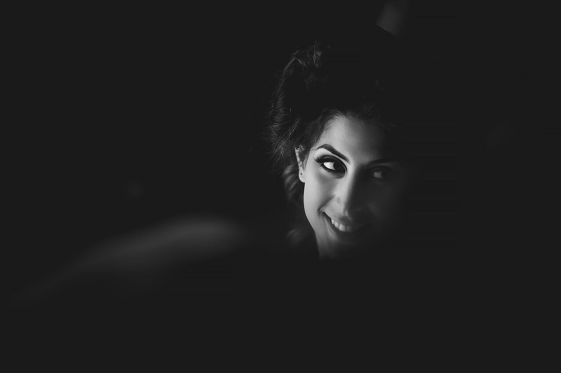 ritratto in bianco e nero di una bellissima sposa