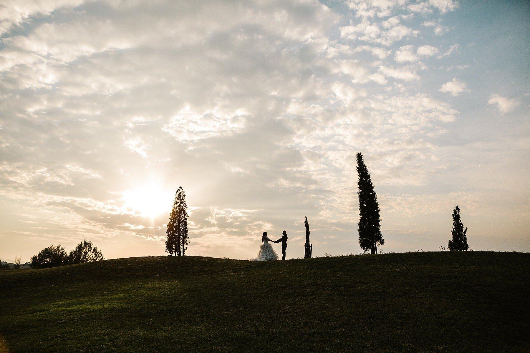 foto spettacolare di sposi al tramonto