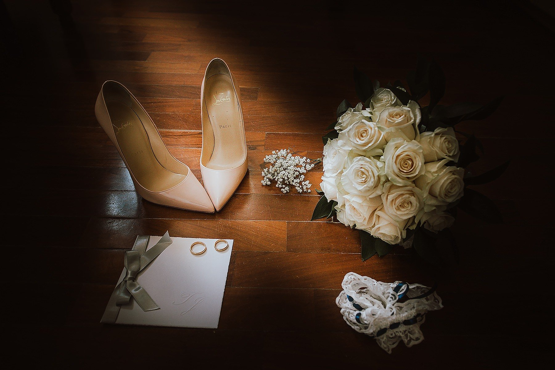 accessori della sposa fotografati con un particolare fascio di luce
