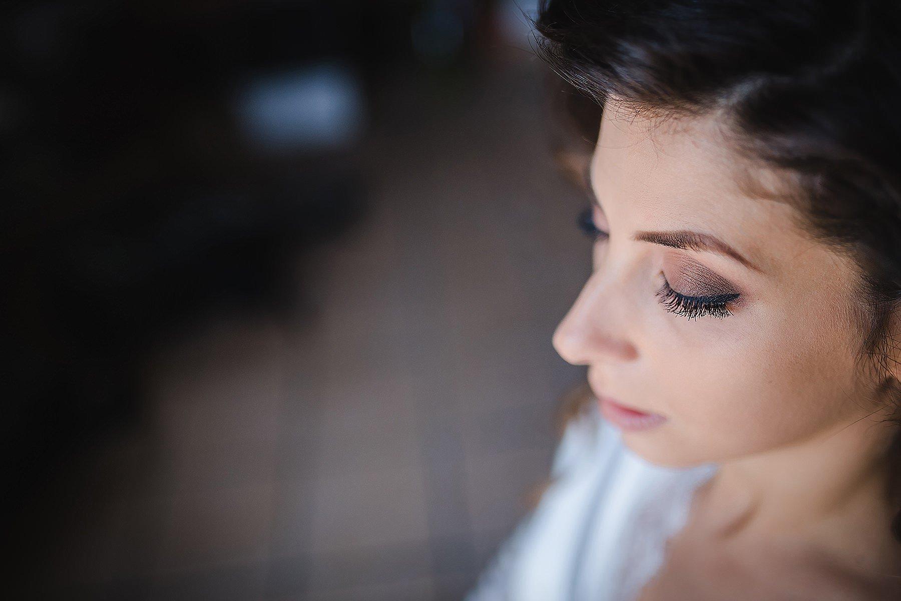 ritratto della sposa mentre si trucca