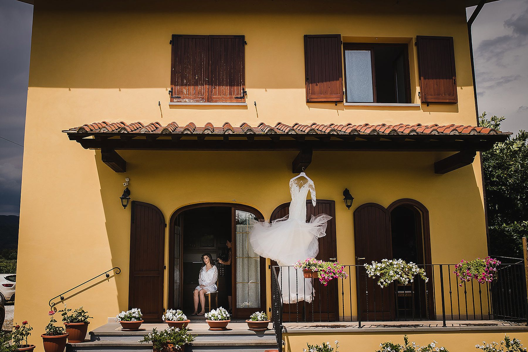 preparativi a casa della sposa mentre si prepara per la cerimonia