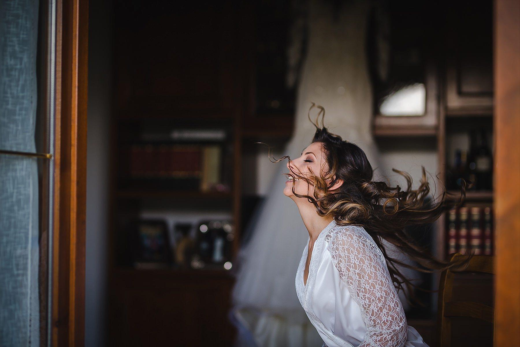 sposa con capelli al vento