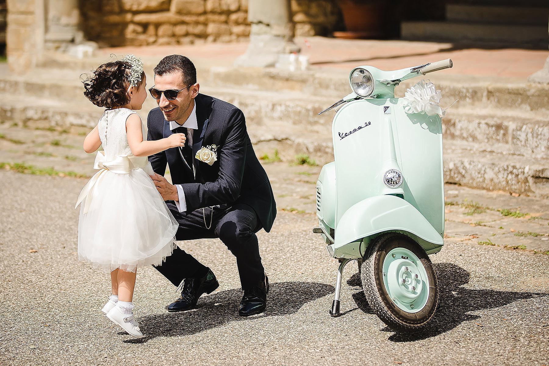sposo che arriva in chiesa con la vespa 50