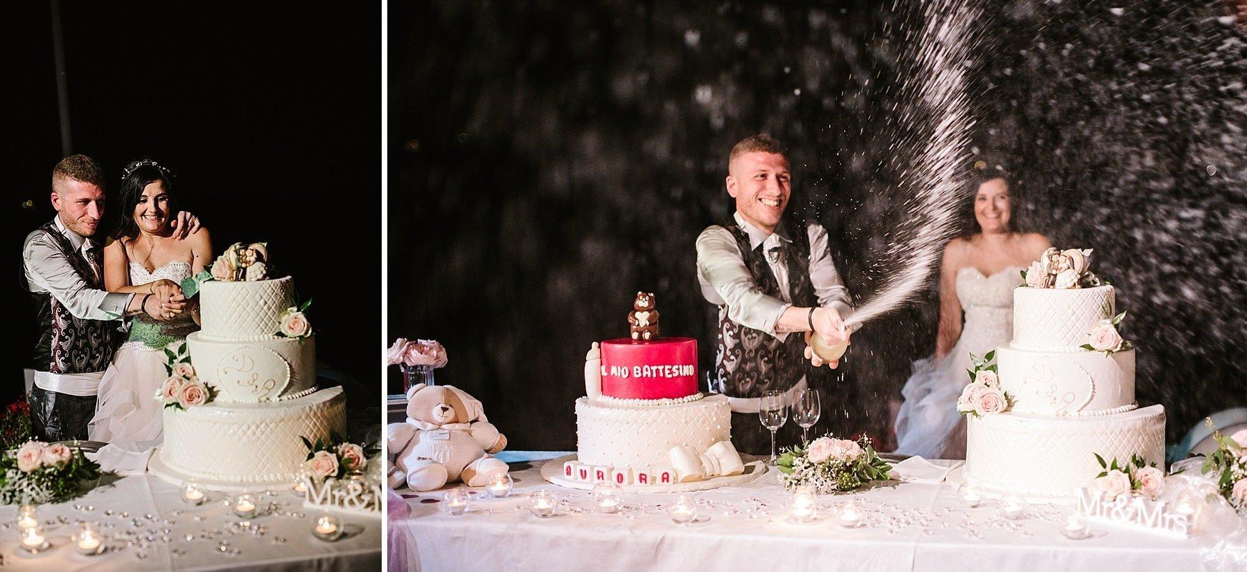 sposi che tagliano la torta e festeggiano con lo spumante