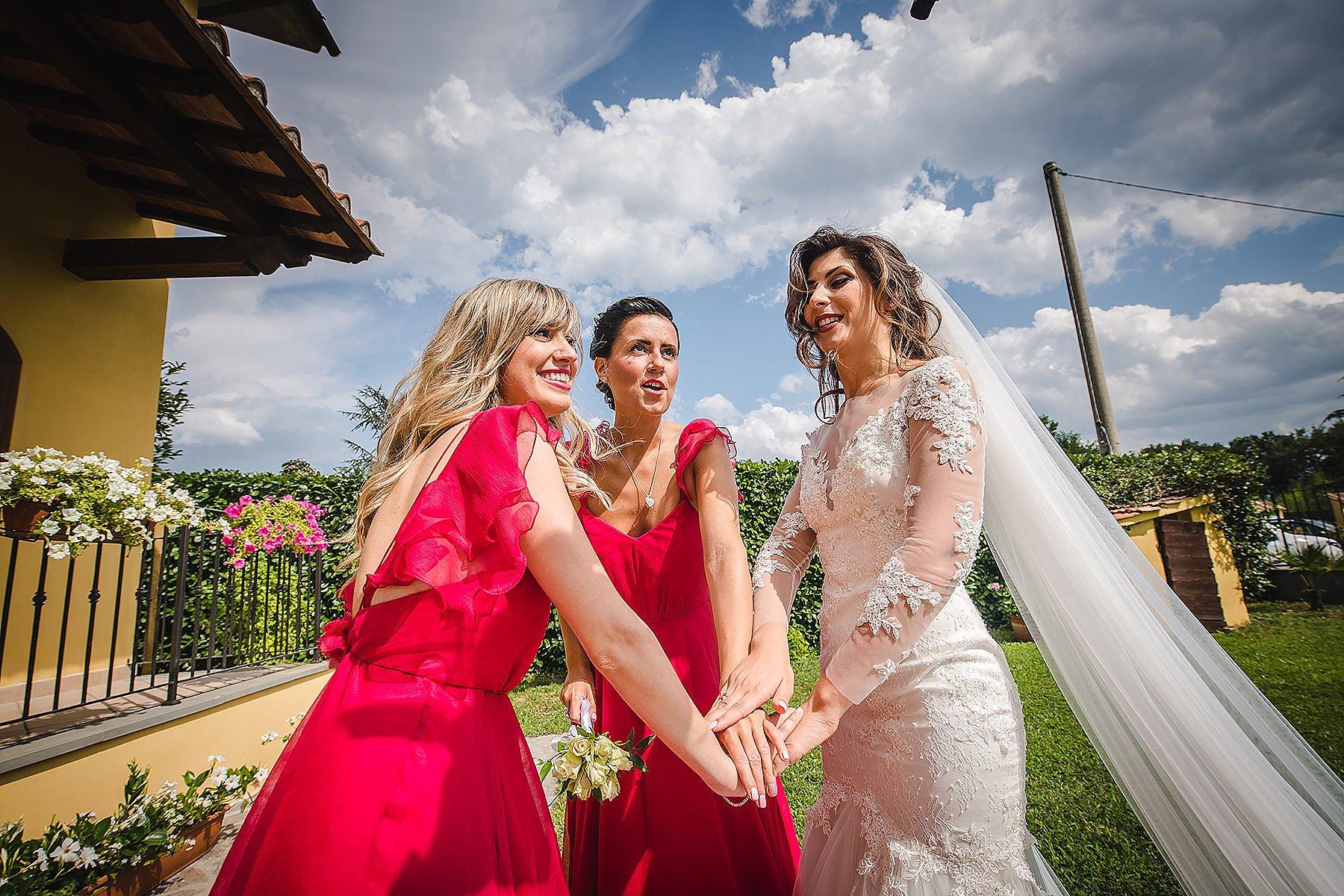 la sposa con le sue damigelle vestite di rosso
