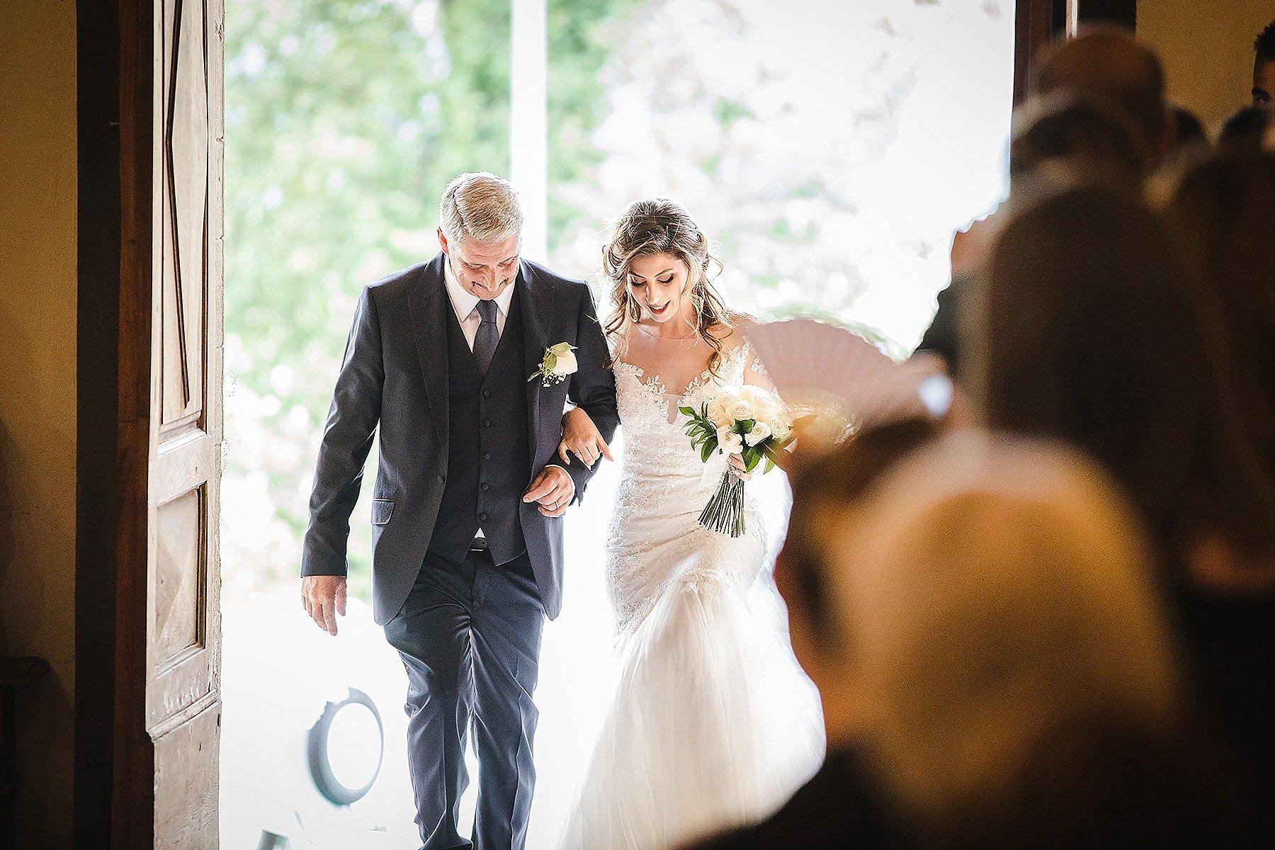 ingresso della sposa in chiesa con suo padre