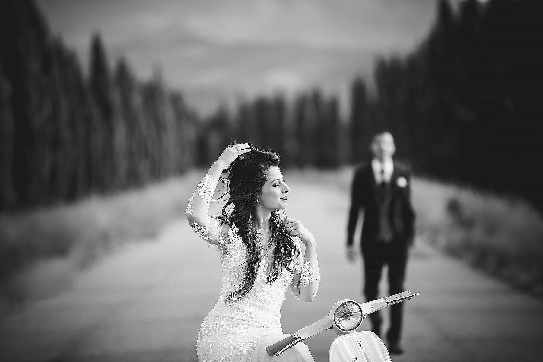 Foto di Matrimonio con sposa seduta sulla Vespa Piaggio
