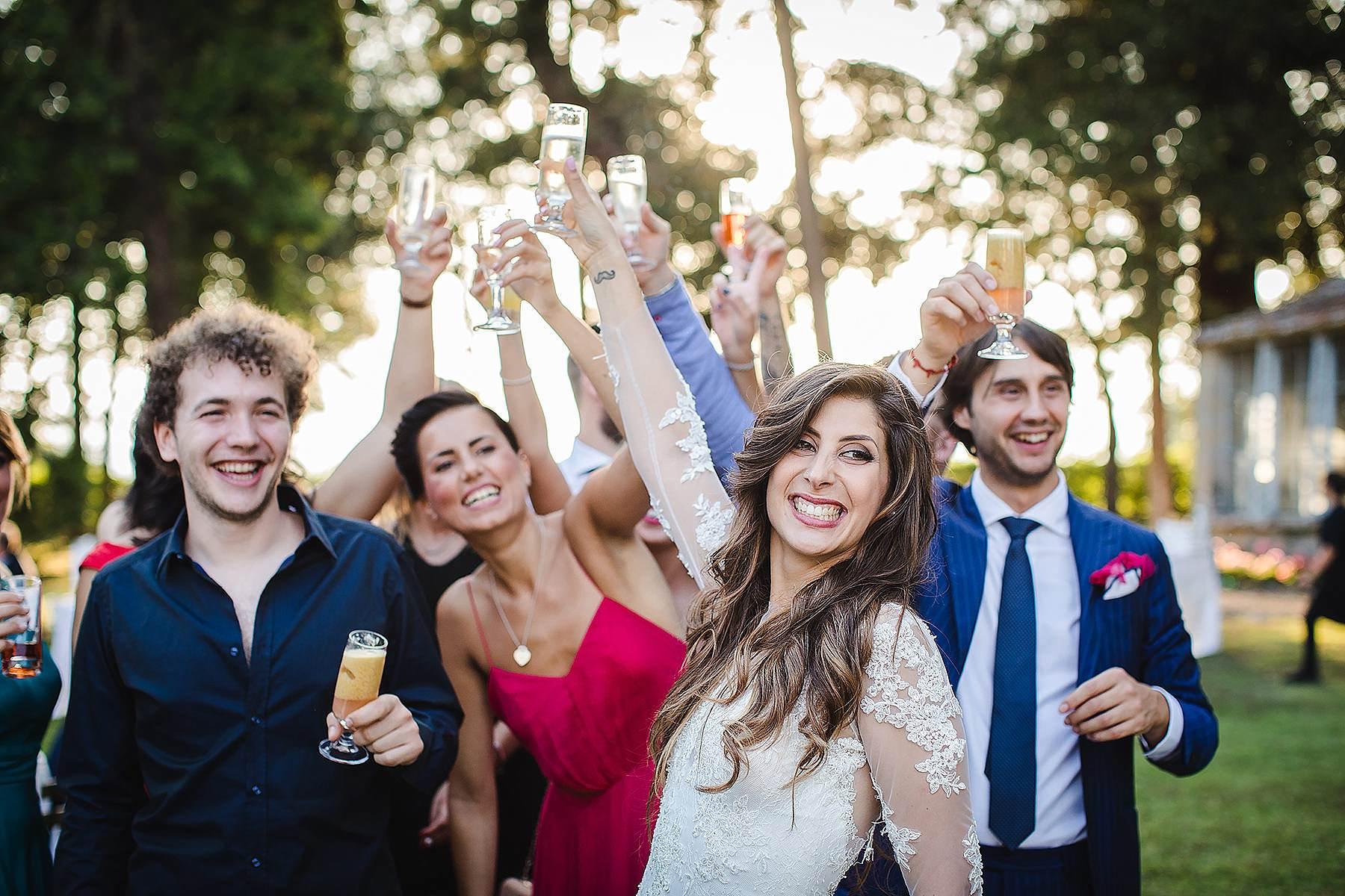 sposa che brinda con amici nel Mugello