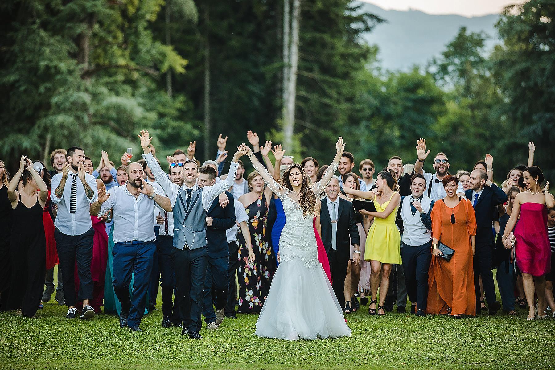Gruppone di amici nel parco di Villa di Corte a Borgo San Lorenzo