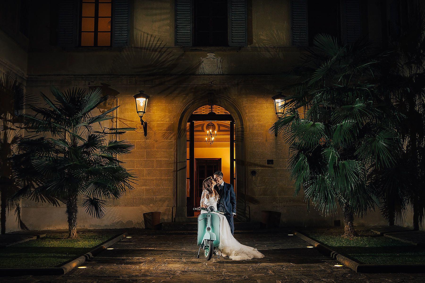 sposi sulla vespa 50 a di Villa di Corte Frescobaldi